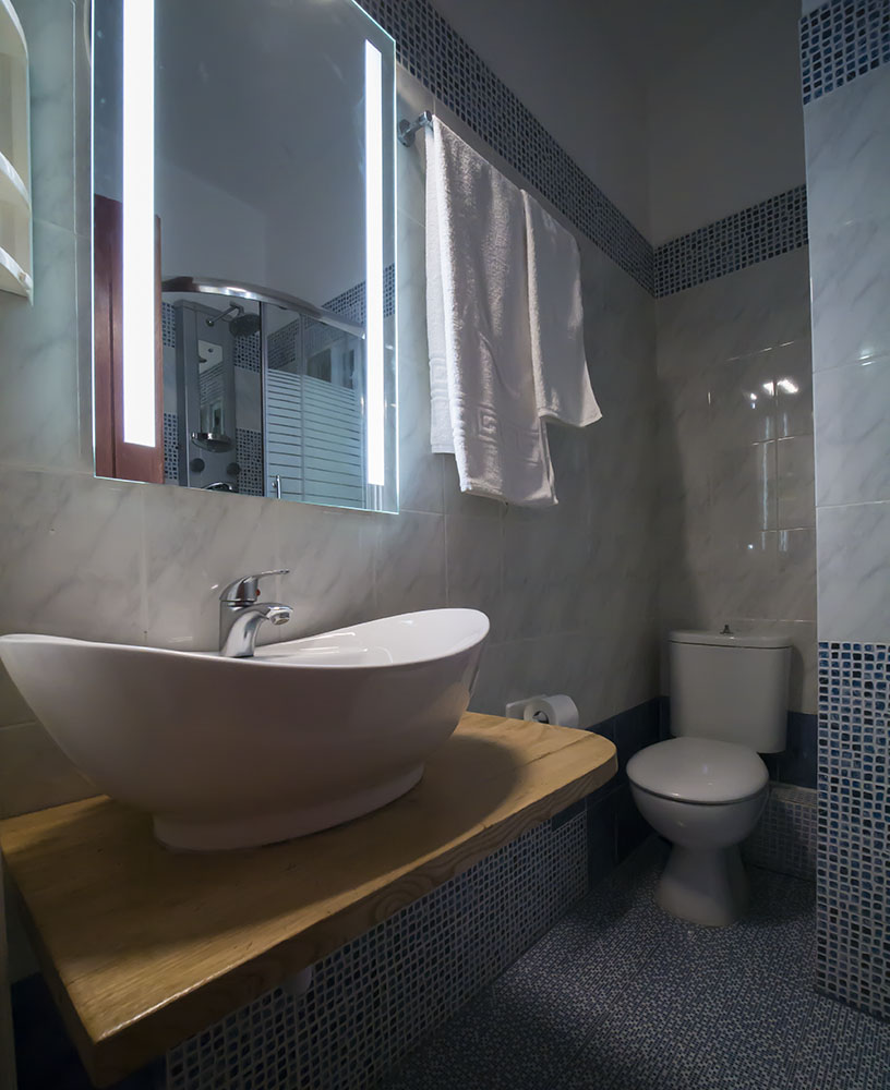 konaki hotel mansion classic room barhtoom with tube tsagarada pelion greece01